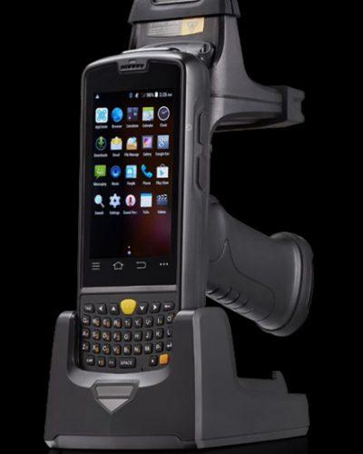 PDA Android con lector RFID LF con mango tipo pistola y cradle de carga, alcanzando así 8.400mAh de batería.
