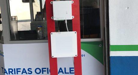Lector RFID UHF fijo con antenas en poste lateral